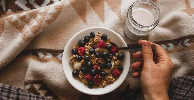 Healthy oatmeal and berry breakfast in a coffee mug